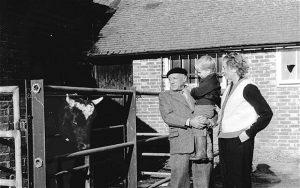 Roland Penrose, Pablo Picasso Lee Miller il figlio Antony con il toro William, Farley Farm House, 1950