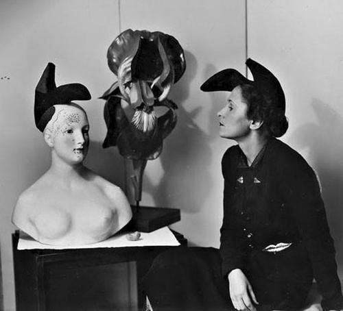 Gala con il cappello-scarpa disegnato da Salvador Dalí per Elsa Schiaparelli nel 1937