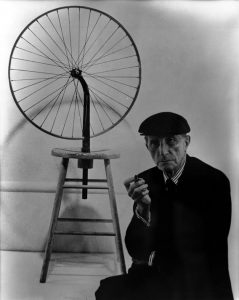 Ritratto di Marcel Duchamp con la sua Ruota di bicicletta