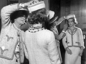 Coco Chanel con Romy Schneider con il tailleur in maglia, 1960