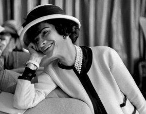 Coco Chanel con il suo iconico tailleur