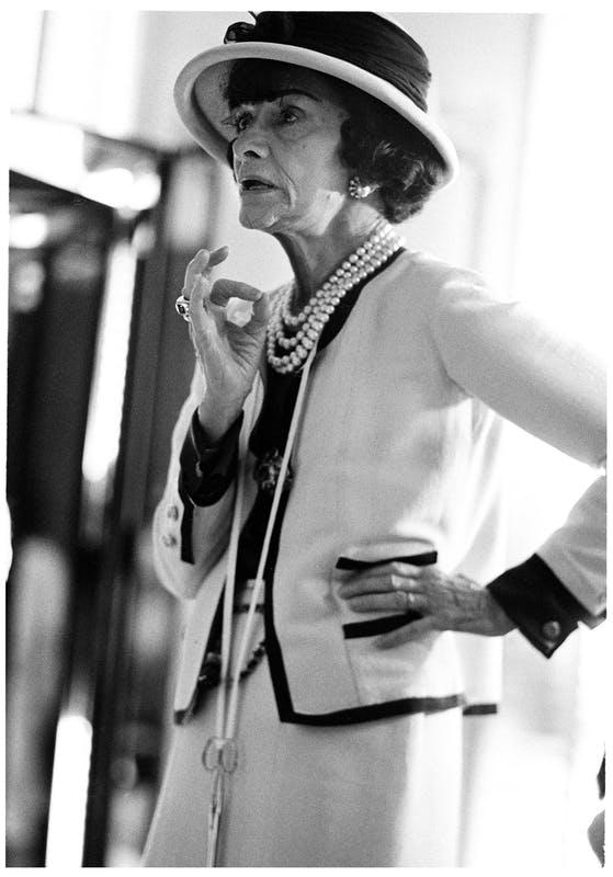 Coco Chanel con indosso il tailleur in maglia, uno dei suoi capi più iconici