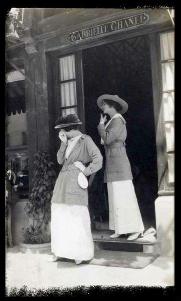 Coco Chanel davanti alla sua boutique di Deauville