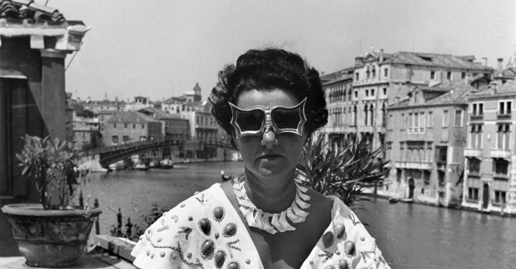 Peggy Guggenheim con gli occhiali a farfalla creati per lei da Edward Melcarth