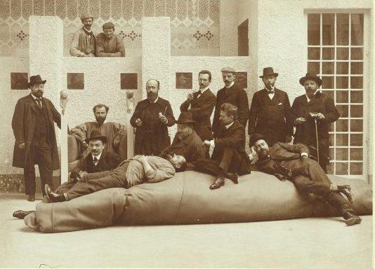 Moriz Nähr, Foto di gruppo dei mebri della Secessione viennese con Gustav Klimt seduto in poltrona
