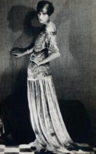 Peggy Guggenheim con un abito di Paul Poiret, Parigi 1924. Foto di Man Ray