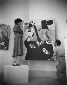 Peggy Guggenheim durante l'allestimento del Padiglione Greco, alla XXIV Biennale di Venezia, 1948