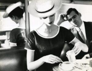 Lillian Bassman, Carmen prende un tè, 1950